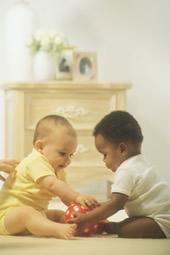Bébé blanc et bébé noir